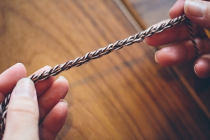 "First, make sure the right side of the chain is facing you. When held horizontally, the chain should look like sideways ""V's""."